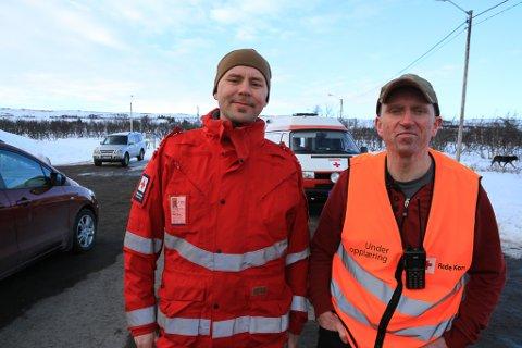 MANGE DØGN PÅ HYTTA: Tom R. Østli (til høyre) har tatt ansvaret for Røde Kors-hytta alvorlig, og har tilbragt mange vinterdøgn der. I løpet av de siste seks ukene tror han det har blitt 18 overnattinger. Arnt-Jacob Olufsen har også tatt sin del av ansvaret, og nå legger de to nye planer for høsten.