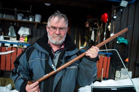 BEVISMATERIALE: Forskremte finske fisketurister møtte Tor Reidar Boland bevæpnet med stokk. Politiet beslagla stokken, og bevislappen sitter ennå på.