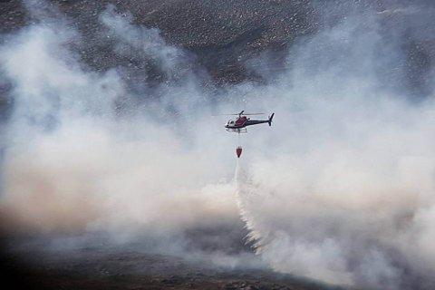 SLUKKING PÅGÅR: Dette helikopteret er kalt inn av Hovedredningssentralen. De driver med slukking på stedet.