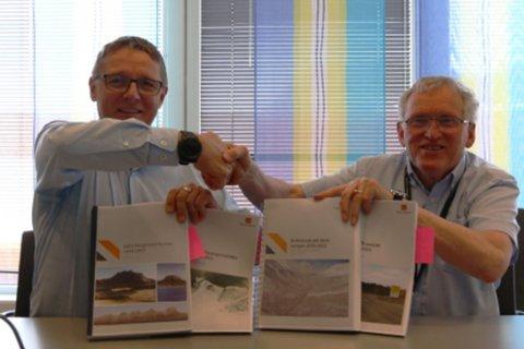 ENIGE: Regiondirektør Arne Roald Larsen i Mesta og regionvegsjef Torbjørn Naimak signerte mandag 28. mai drifts- og vedlikeholdskontrakter. Foto: Marius S. Staulen