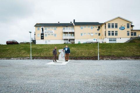 NESTEN FERDIG: Det eneste som gjenstår på bobilparkeringen på Vadsøya er ny asfalt. Den kommer i løpet av sommeren, forteller Johnny Aikio og Hans-Jacob Bønå.