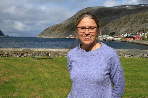 GLEDER SEG OVER NYHET:  Lise Skreddernes driver gårdsbruk med i Bekkarfjord, en bygd som i dag er uten bredbånd. Nå, med penger fra Troms og Finnmark fylkeskommune, kan det bli bedre kår for henne og familien når de skal på nett.