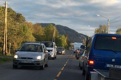 LANG KØ: Veiarbeid i Alta skapte lang bilkø i Bossekop onsdag kveld. Flere steder i landsdelen må det påregnes ventetid. Illustrasjon.