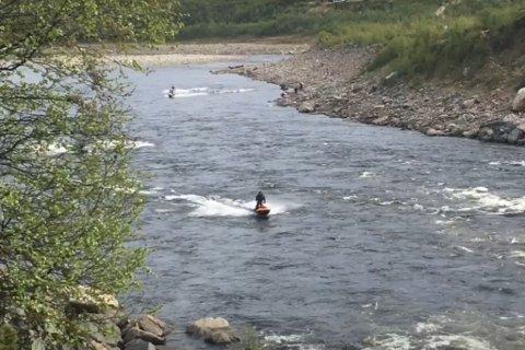 Her kjører finlendere med vannscootere i Tanavassdraget. Samenes Folkeforbund er mot slik aktivitet.