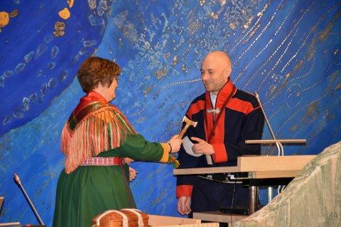 Elisabeth Erke takket av som plenumsleder på Sametinget og overlot klubba til Tom Sottinen. Foto: Sametinget