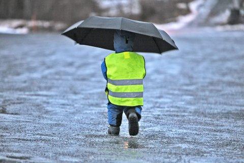 FRAM MED PARAPLY: Finnmark vil få regn. Illustrasjon.