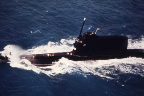 PÅ OVERFLATEN: En Golf ubåt i overflatestilling fotografert av det norske Luftforsvaret