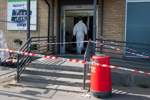 KNIVDRAP: Dette bildet er fra etterforskning på stedet etter knivdrapet i Vadsø.