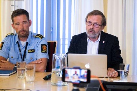 Politiets etterforskningsleder Steffen Andreassen og fungerende ordfører Otto Strand (KrF) på politiet og kommunens pressekonferanse om knivdrapet lørdag kveld, søndag.
