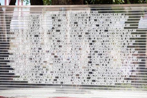 Minnesmerket består av en vegg med ofrenes navn og alder, og et gulv av glass som symboliserer alt det knuste glasset rundt regjeringskvartalet etter at bomben smalt 22. juli 2011. I tillegg er lindetrærne i regjeringskvartalet innfelt i minnesmerket. Trærne sto her under angrepet, og sto imot eksplosjonen fra bomben. Foto: Audun Braastad / NTB scanpix