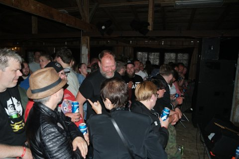 God stemning: På tross av mørklagt scene fortsatte den gode stemningen, og festivalsjefen roser publikummet.