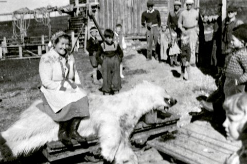 Signe Bogdanoff sitter på isbjørnen som sønnen hennes Ingvald Bogdanoff skjøt på Lille Ekkerøy i juli 1953.