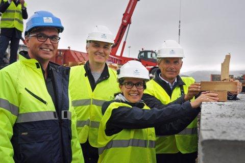 MARKERTE: Varaordfører Marianne Sivertsen Næss i Hammerfest og direktør Jone Stangeland fra Equinor (i forbrunnenen) markerte byggestart. Bak f.v. Ketil og Bengt Holmgren.