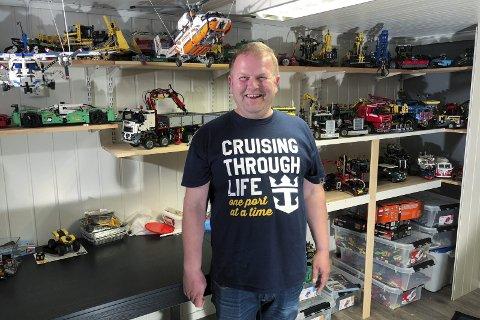 ELSKER HOBBYEN: Tor Eriksen foran mange av legomodellene han har bygget. Alle foto: Trond Ivar Lunga