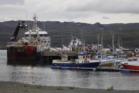Brann i en russisk tråler i Båtsfjord. 17 personer ble evakuert.