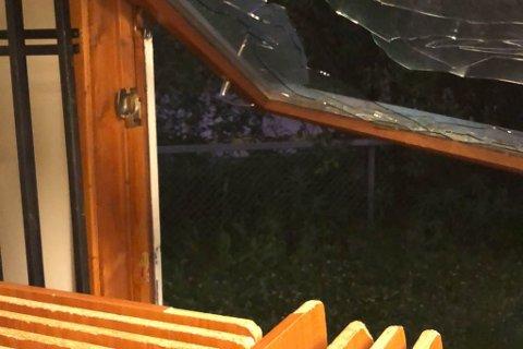 KNUSTE VINDU: Vinduet var tatt av hengslene. Her tok de seg trolig inn. Foto: Privat
