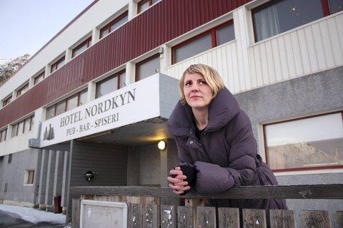PROSJEKTMEDARBEIDER: Maria Sørbø jobber med et prosjekt for å trekke turister til Nordkynhalvøya. Klarer hun og makker Jan Olav Evensen det, kan det også komme kjærkomne bestillinger til Hotel Nordkyn, Sørbøs egen bedrift.