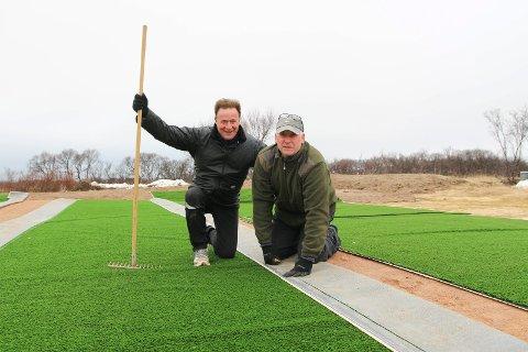 DUGNAD: Varanger golfklubb er avhengig av dugnad. Her er det administrerende direktør Kjell Eliassen i Varanger kraft (til venstre) og Jens Betsi