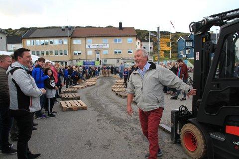 LENGE SIDEN SIST: Pål Gunnar Johansen kjørte truck for 32 år siden da han jobbet på støperiet der terapodene til moloen ble støpt. Siden har han gjort mange andre ting, men ikke kjørt så mye truck, og det ga noen startvansker i en mer moderne utgave av framkomstmiddelet. Men han var fornøyd med vel gjennomført etappe.
