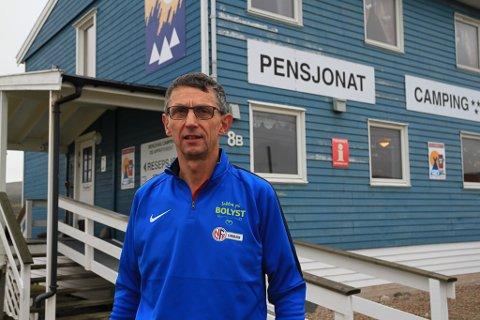 BYGGET OPP: Dieter Salathe har drevet bedrift i Berlevåg i rundt 25 år, og har snart 30-årsjubileum som berlevåging. Nå har han blitt 64 år, og har begynt å tenke på pensjonisttilværelsen. Men da dukker spørsmålet om hvem som kan ta over pensjonatet og campingplassen opp.