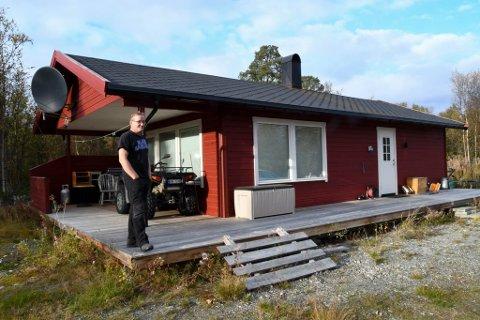 MÅ RIVES: Trond Thomassen har fått pålegg om å rive denne hytta på Holmen i Alta.
