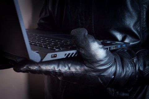 FALSK TRUSSEL: Svindlere har fått tak i passord fra tidligere datainnbrudd og sendt trusler til mottagerne, men det betyr ikke at passordenes eiere faktisk er hacket eller at noen har tatt kontroll over kameraene deres. Politiet anbefaler å slette eposten.