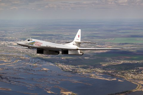 PÅ NORGESBESØK: Bombeflyene skal ha holdt seg i internasjonalt luftrom, men fulgt kysten fra Finnmark og sør mot Storbritannia. Norske jagere ble på bakken mens britiske dro opp og møtte russerne. Bildet viser et Tupolev Tu-160 fotografert i 2014.