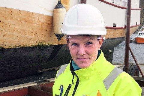 KJÆRKOMMEN KOMPETANSE: Fiskerne på Nordkyn jubler over at Lill Astrid Røvik har satset på utdanning som skipskontrollør. Det sparer dem for mye penger. Nylig fullførte hun det siste kurset.