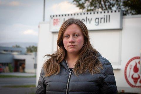INGEN LØNN: Kathe Andresen (18) er blant de fire som ikke har mottatt lønn fra gatekjøkkenet Lakselv grill, som er plassert ut i Lakselv sentrum.