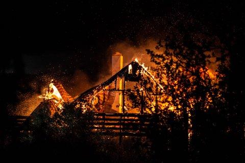 BRENNES NED: Eneboligen var ikke mulig å redde, og brennes kontrollert ned.
