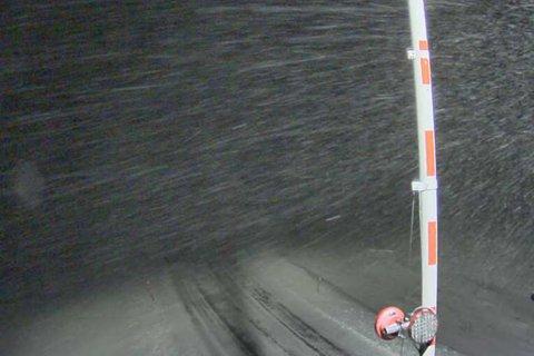 BLÅSER GODT: Flere veier i Finnmark er rammet av dårlig vær. Her ser man hvordan været var på Hopseidet i 17-tiden tirsdag.