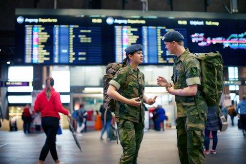 TRENGER FLERE FLY: Forsvaret trenger mer sivil flykapasitet til Lakselv i forbindelse med den gigantiske utbyggingen av Porsangmoen. Her soldater på Oslo lufthavn Gardermoen.