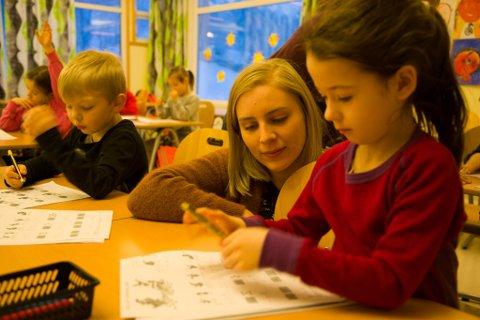 HJELP: Lærer Guri hjelper Rita og Iver.