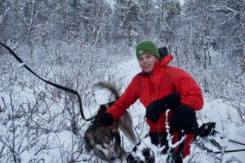 LANGTUR: Simen Nævestad og huskyen Elmer, klar for en halvt år lang tur.