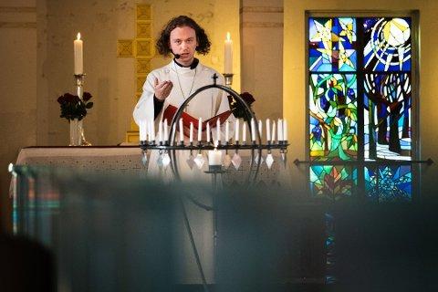 SPENNENDE: Aksel Johan Lund har jobbet som vikarprest i Vadsø kirke, og syntes det var spennende. Han håper flere unge vil ta steget og prøve det samme, men forstår at det kan virke avskrekkende å flytte til en mindre by.