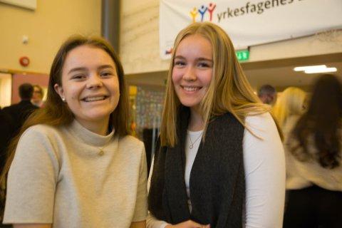 VALG: Femtenåringene Maren Sannes fra Kirkenes og Sara Stunes fra Hesseng går tiende klasse ved Kirkenes ungdomsskole. Innen en måned skal de bestemme seg hvilket studie de skal velge.