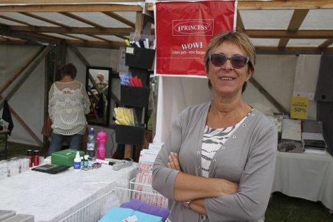 PÅ MESSE: Å være butikkleder betyr også at man reiser rundt på markeder. Dette bildet av May Gustavsen er tatt på Langnesmarkedet i Tana. – Man blir ikke rik av det, men det er gøyå treffe folk sa hun den gangen i 2014.