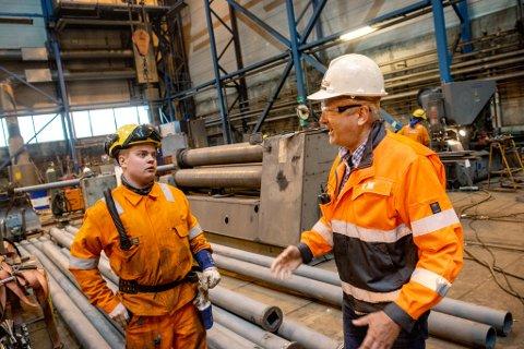 BEKYMRET OVER REVERSINGS-FOKUS: Greger Mannsverk, direktør ved Kimek i Kirkenes, er en av næringslivslederne i Finnmark som er svært skuffet over regionpolitikerne i Troms og Finnmark. Her sammen med lærlingen Sindre Eriksen (18).