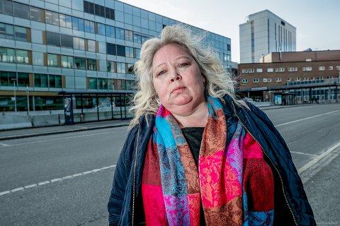 HAR SENDT KLAGE: Vibeke Larsen har sendt en klage til helseministeren etter at faren hennes ble filmet på UNN i Tromsø av fotografer i 113-temaet.