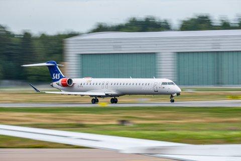 90 SETER: SAS har 24 fly av typen Bombardier CRJ 900. Her takser ett av dem på Gardermoen. Dette flyet kan kanskje bli et fast syn i Lakselv, om Forsvaret lykkes med forhandlingene med flyselskapet.