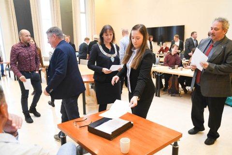 SKRIFTLIG: Her er Hege Christin Bjørkmann, Høyre, Monica Nielsen (til venstre), Ap, og Jan Martin Rishaug, Sp, i gang med skriftlig avstemning i det som ble forholdstallsvalg ved konstitueringen av kommunestyret i Alta for perioden 2019-2023.