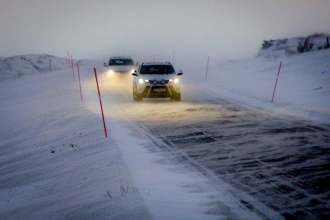 Flere veier i Finnmark kan bli rammet av snefokk natt til onsdag og 24 timer fremover. Man må også forberede seg på stengte fjelloverganger.