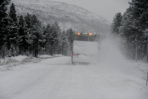 NEDBØR: Brøytebilene var i full sving i Alta onsdag. Snart vil de få mer å gjøre.