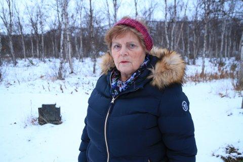 SØRGELIG SYN: Anne-Lise Harjo Akerhei sier synet av den gamle kirkegården i Bonakas er sørgelig.