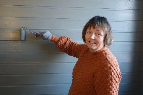 MALER HJEMME: - Jeg syns det er fint med fornying hjemme, og malekosten kan man ta fatt selv, smiler Mona Fjellheim, som kjøpte maling og vant gavekort.