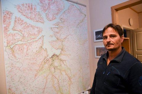 FEM ANMELDELSER: Rune Somby i Statens Naturoppsyn i Alta og hans kolleger har anmeldt fem personer for ulovlig kjøring i barmark i Alta i slutten av juli.
