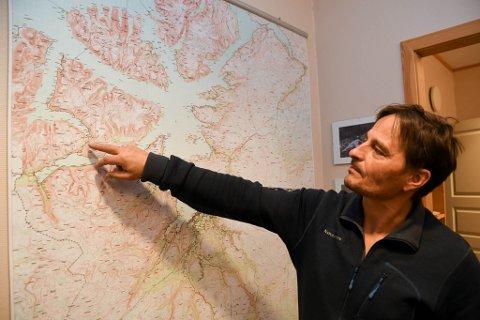 SNO: Rune Somby i SNO var på et annet oppdrag da de kom over snøscootersporene i området på kartet som han peker på.