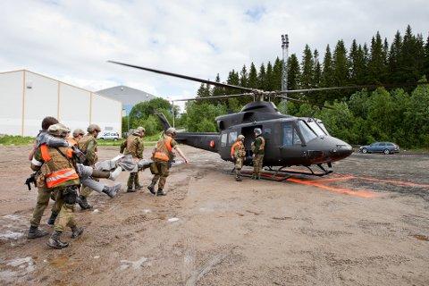 AMBULANSE: Bell 412 brukes som ambulanse i Forsvaret. Dette bildet er tatt under en øvelse i masseskade. nå er et slikt helikopter beordret til Kirkenes for å fly ambulanseoppdrag for det sivile samfunnet i Finnmark.