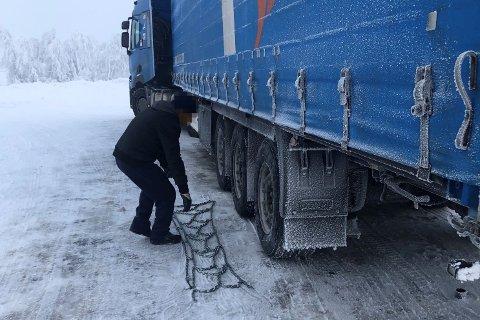 KONTROLL: Mange fikk kjøreforbud på stedet på grensa, halvparten av disse på grunn av dårlig vinterutrustning.