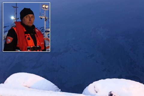 FLAK PÅ VANNET: Innsatsleder Per Egil Nilsen sier at mesteparten av lekkasjen er i båten, men at man kan se flak av lekkasjen på vannet i sentrum.